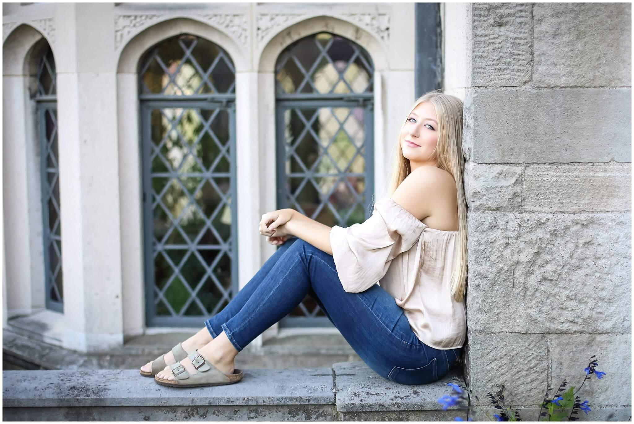 senior photographer session at hardwood mansion